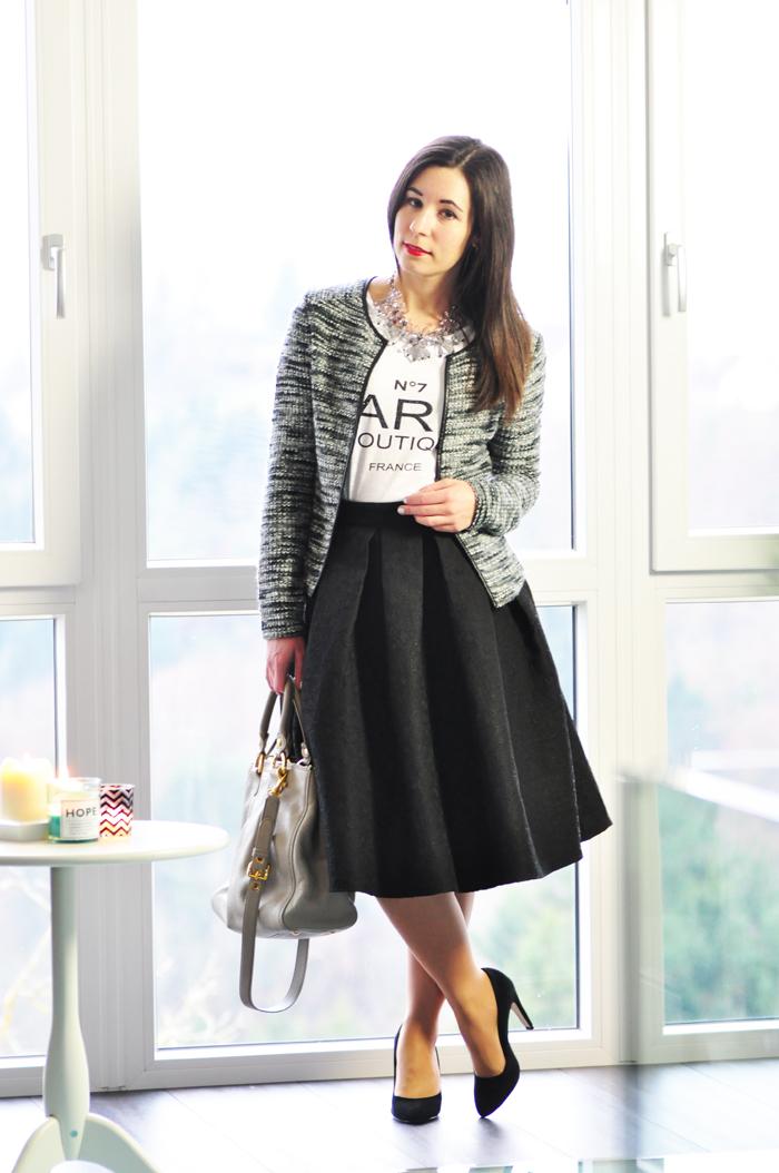 Outfit schwarzer Midirock und Cardigan 1