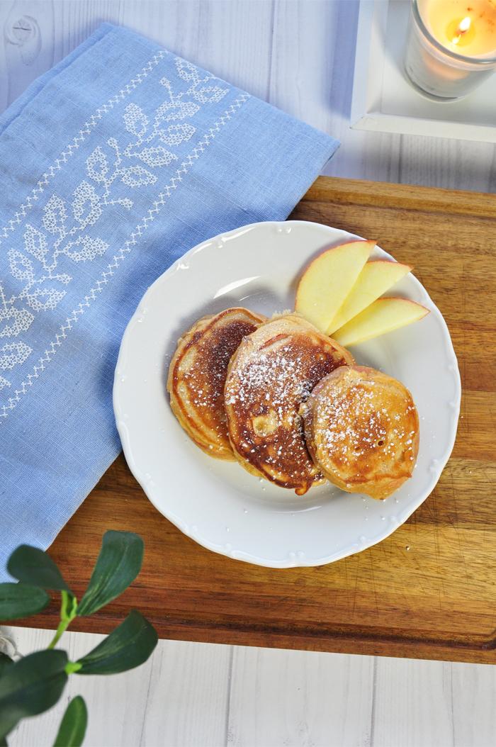 rezept apfel pancakes mit zimt und puderzucker. Black Bedroom Furniture Sets. Home Design Ideas