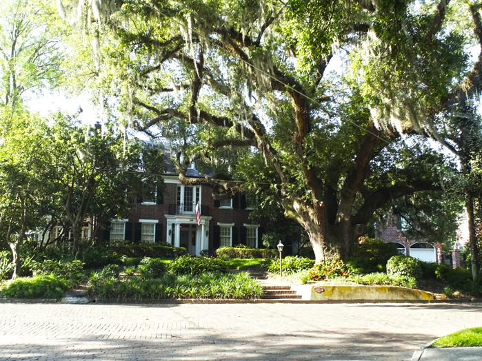 Backsteinhaus versteckt hinter Bäumen