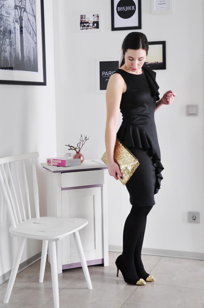 schwarzes Kleid mit Rueschen