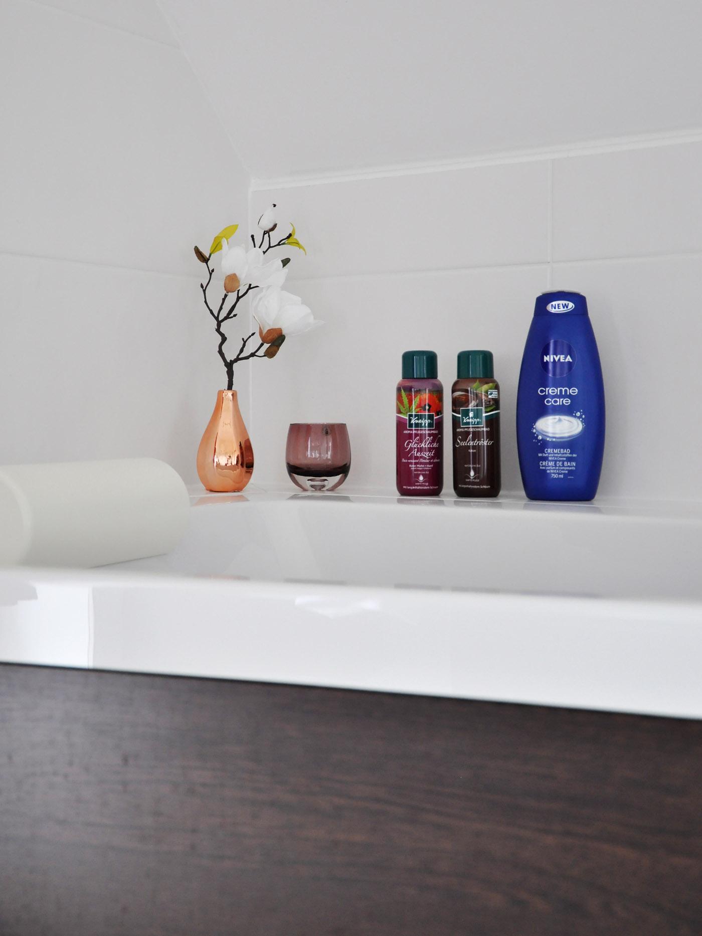 10 Tipps für bessere Regeneration nach dem Sport: Ein heißes Bad zum entspannen und lockern. – www.mymirrorworld.com