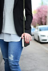Kaputte Jeans im Buero tragen