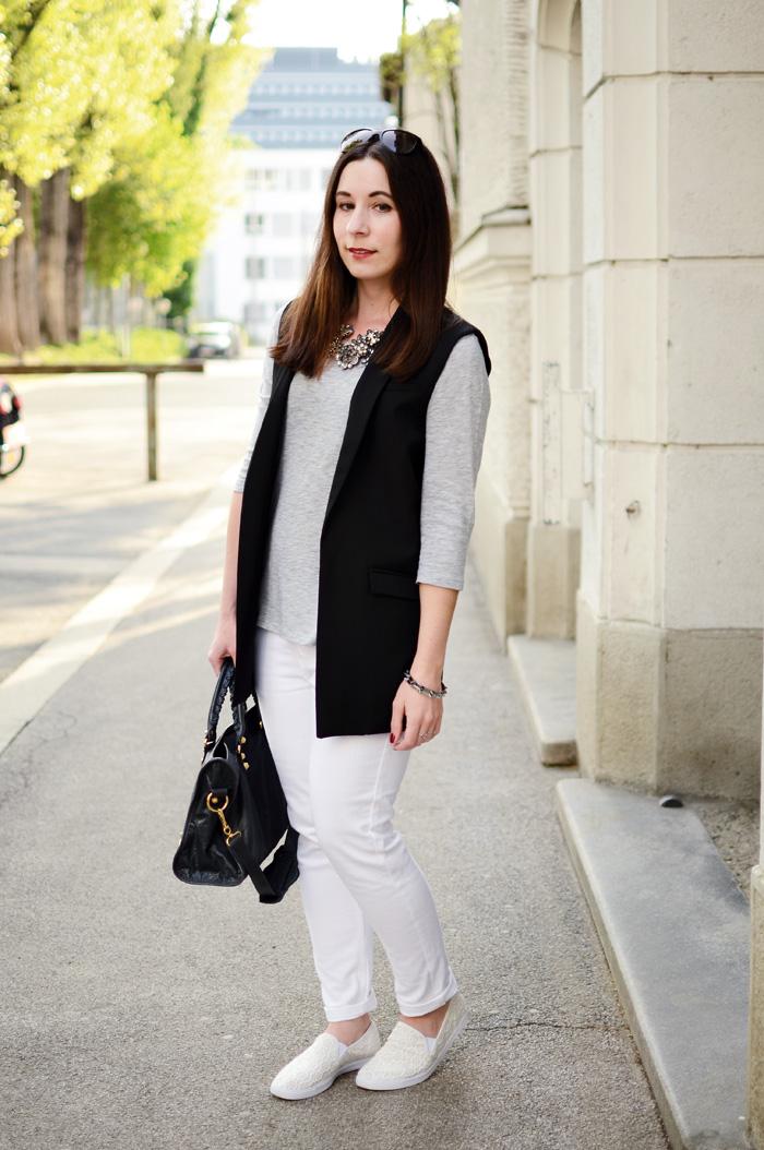 Kombination schwarze Weste weisse Jeans