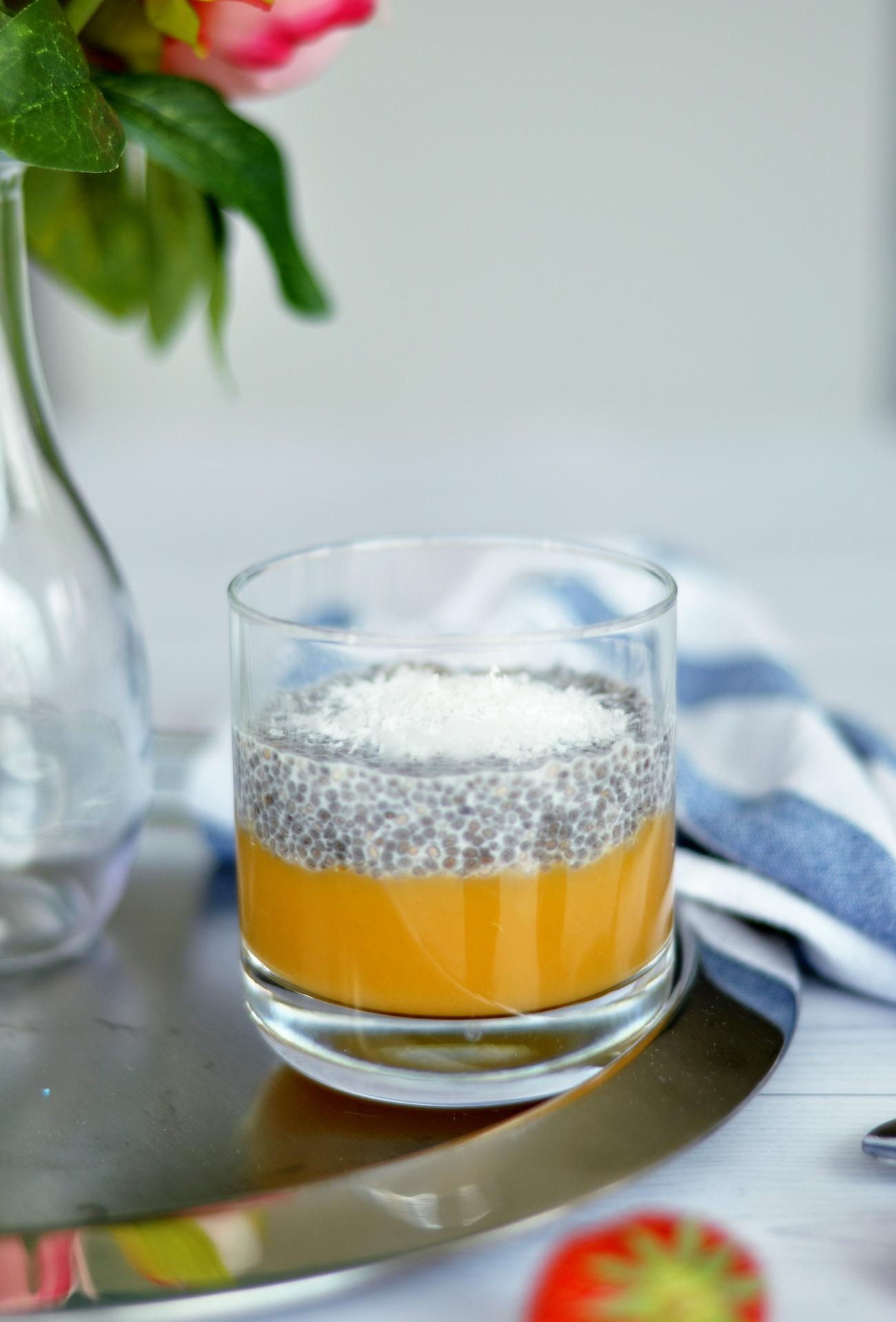 Chia Pudding mit Früchten im Glas