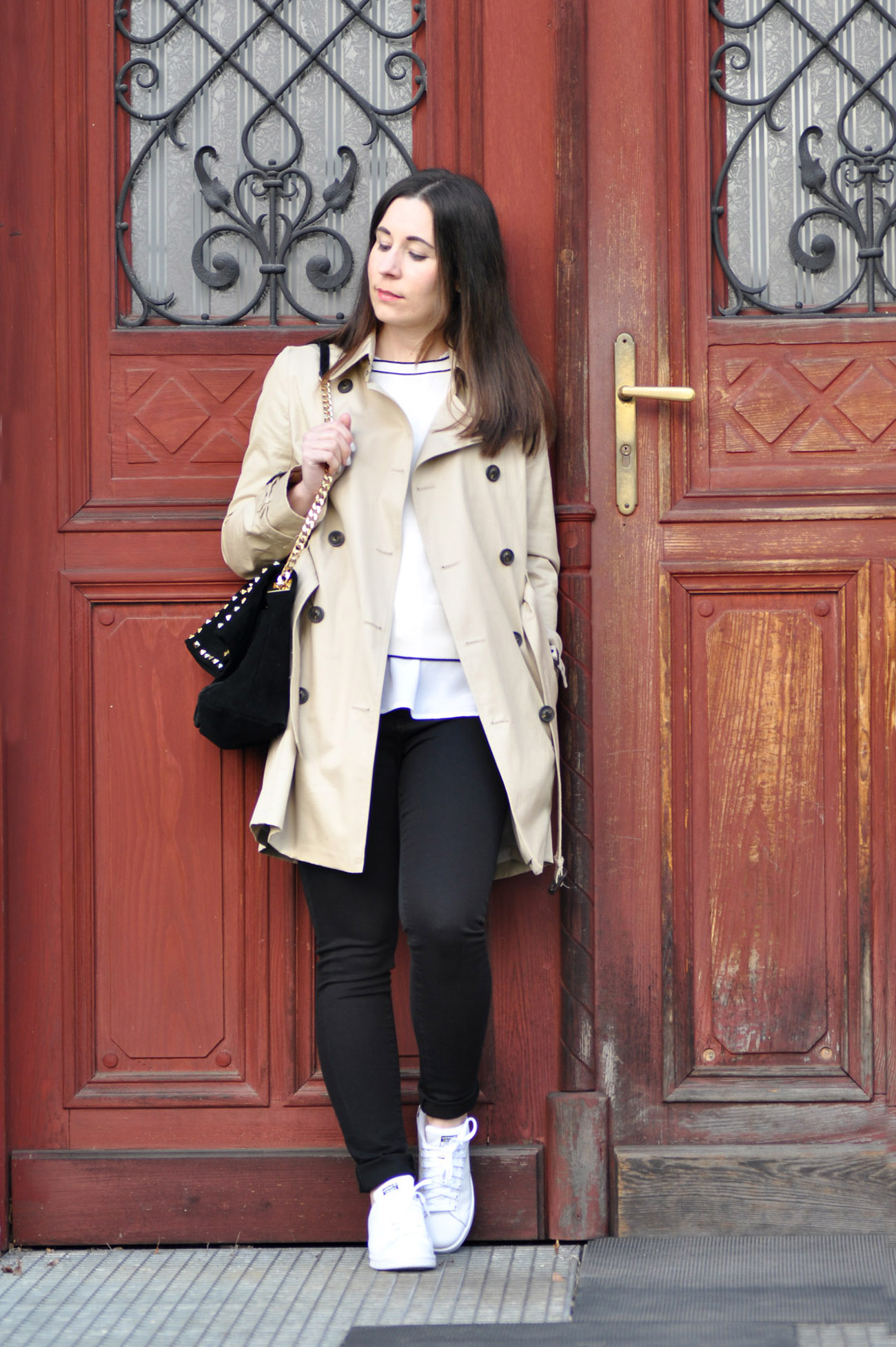 Outfit mit Adidas Stan Smith Sneakern und Trenchcoat