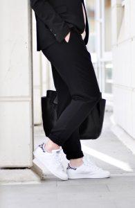 Wie kombiniert man die weißen adidas stan smith sneaker für business oder classy style