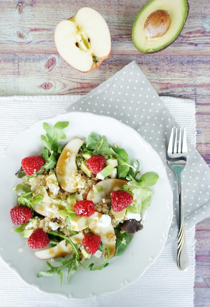 Gesunder fruchtiger Quinoa Salat mit Himbeeren 3