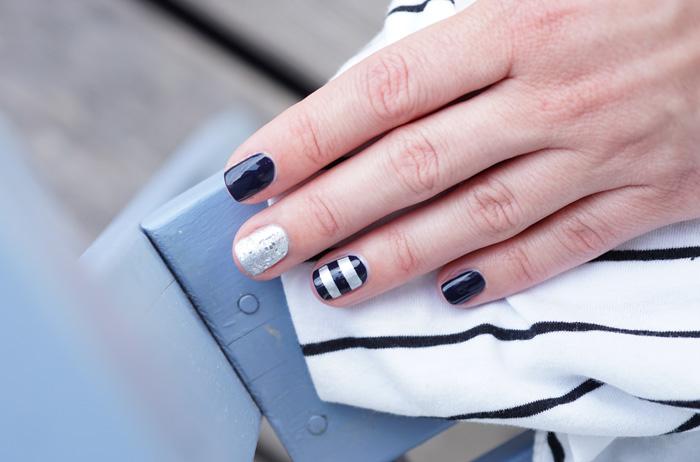 sommerliches Nagelstyling Sailor-Look Gliter und Streifen