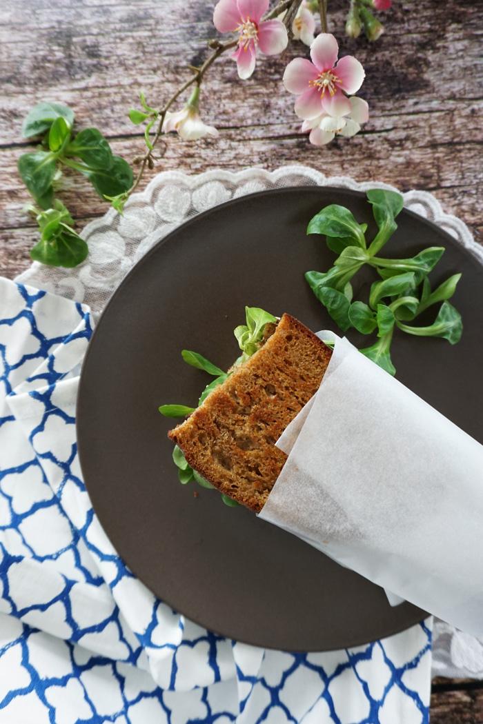 Gegrilltes Schwarzbrot Mozzarella Sandwich mit Feldsalat 1