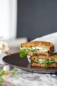 Gegrilltes Schwarzbrot Mozzarella Sandwich mit Feldsalat 3
