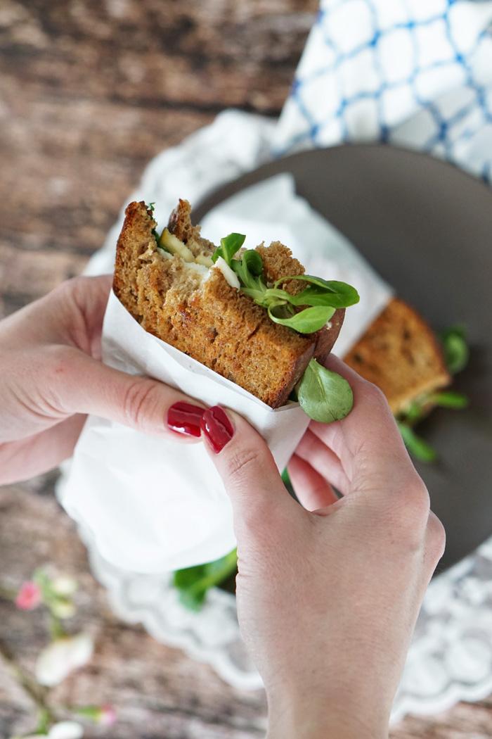 Gegrilltes Schwarzbrot Mozzarella Sandwich mit Feldsalat 4