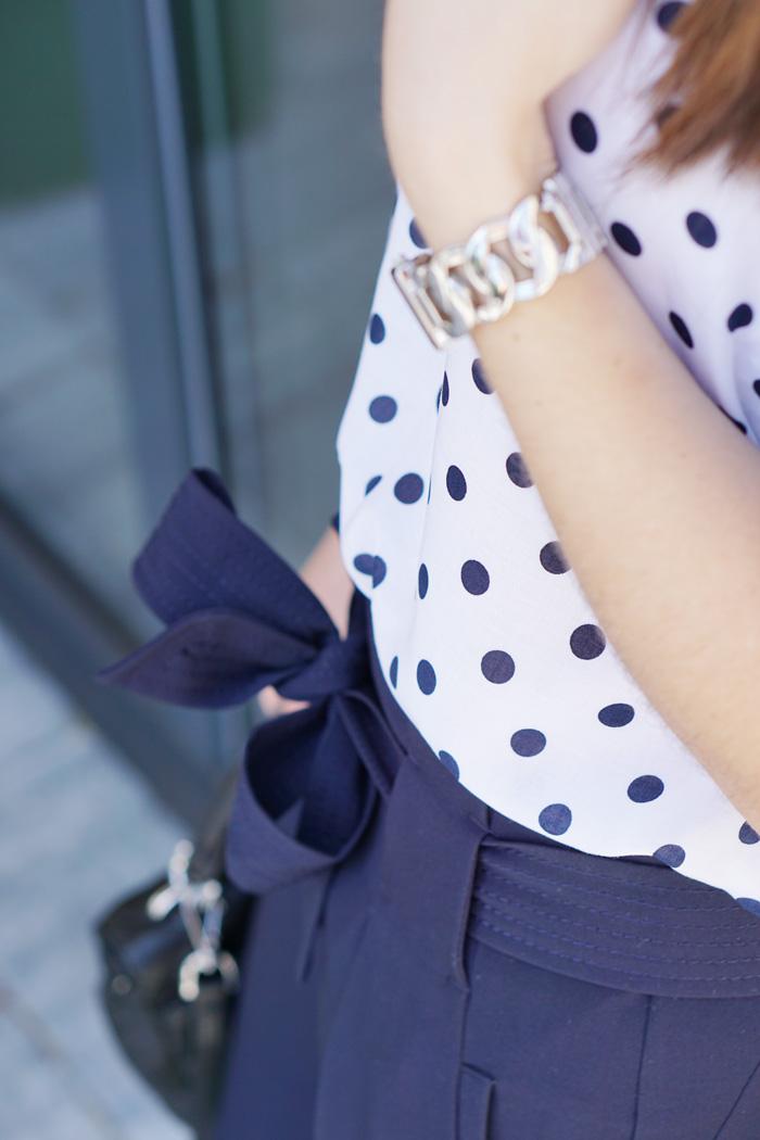 Office Outfit Punktebluse Faltenhose 3