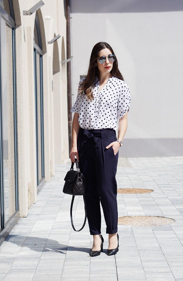 Office Outfit Punktebluse Faltenhose 4