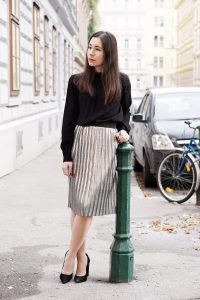 One Trend Different Styles Outfit Metallic Faltenrock silber Kombination