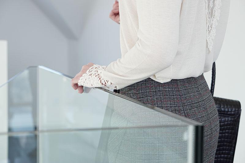 Business Outfit Bleistiftrock und Pullover mit Spitze 7