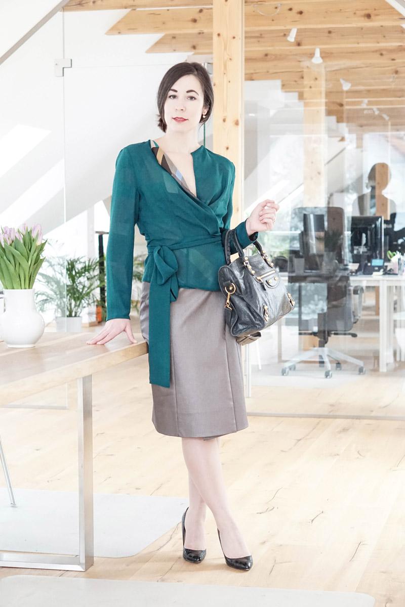 Business Style – Business Capsule Wardrobe – Wickelbluse und Bleistiftrock von Domongos