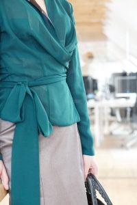 Business Style – Office Capsule Wardrobe – Wickelbluse und Bleistiftrock von Domongos