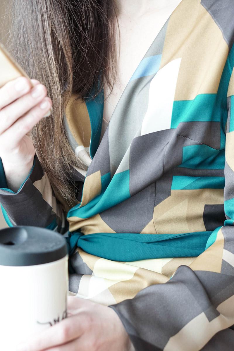 Office Style – Business Capsule Wardrobe – Wickelbluse und Bleistiftrock von Domongos