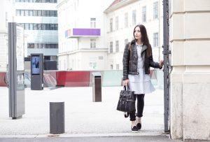 7 ways to wear – Lederjacke und Blusenkleid
