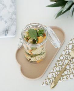 Essen ins Buero mitnehmen – Nudelsalat im Glas mit Suesskartoffeln und Spargel