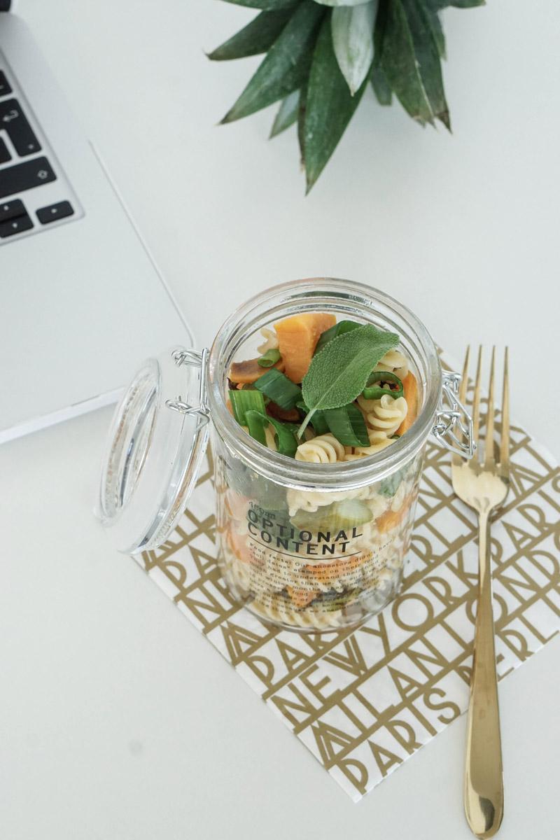 Essen ins Buero mitnehmen – Nudelsalat im Glas mit Suesskartoffeln und Spargel 3
