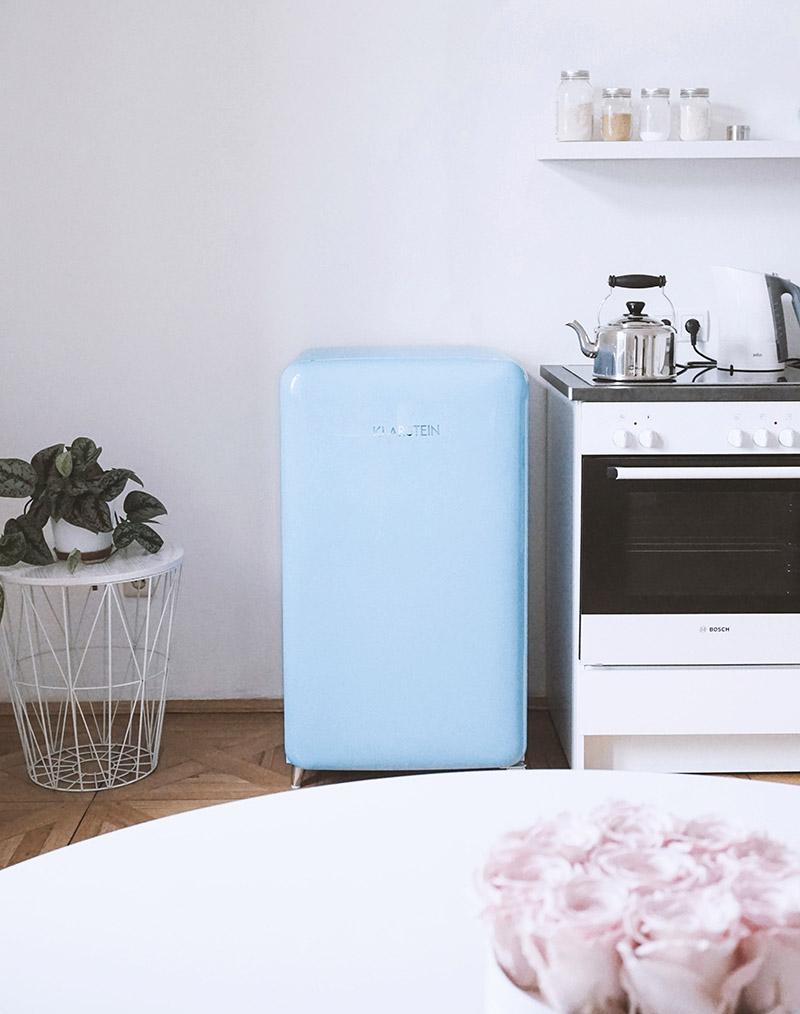 Hacks für unseren blauen Retro Kühlschrank im Büro