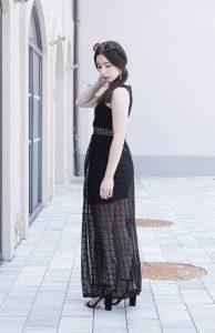 Schwarzes langes Sommerkleid mit Lochmuster