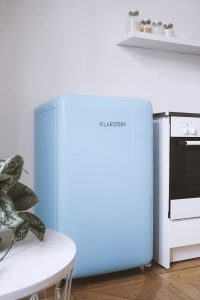 So organisieren wir unseren blauen Retro Kühlschrank im Büro