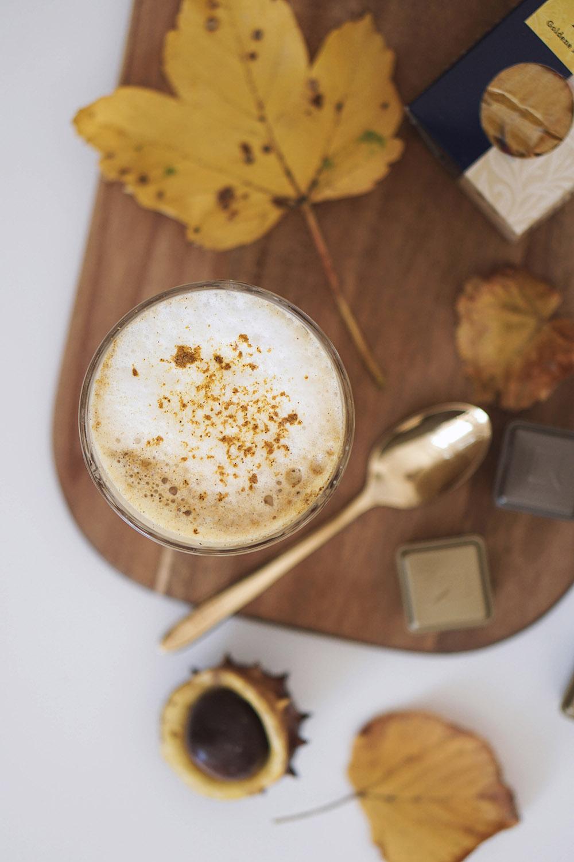 Selbst gemachter Kurkuma Caffé Latte mit der QBO Kapselmaschine