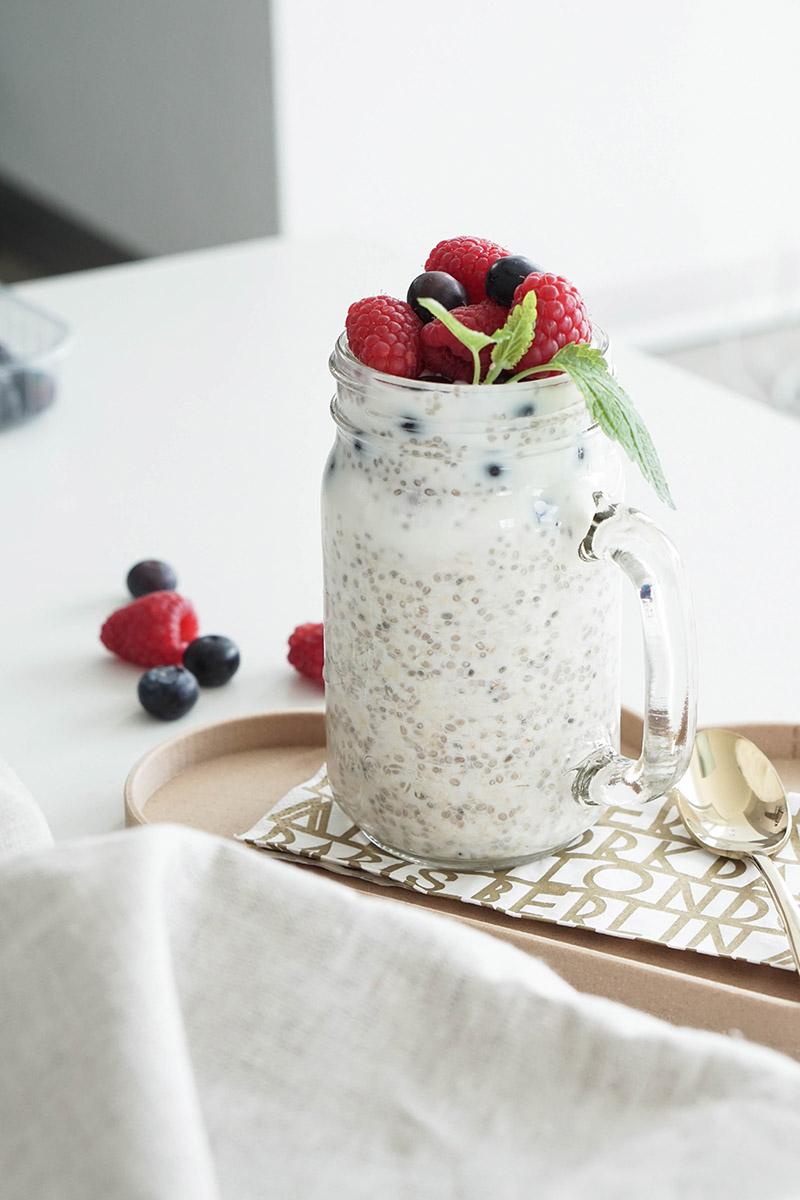 Gesundes Frühstück fürs Büro: Overnight Oats mit vier verschiedenen Getreidesorten und Beeren