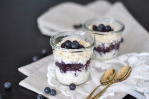 Gesundes Frühstück fürs Büro: Vollkorn Milchreis mit warmen Mohn-Heidelbeeren
