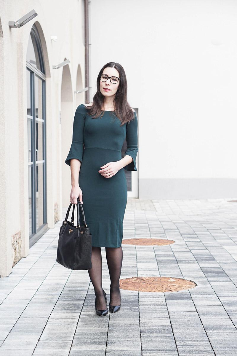 Kuschelig im Office: So machst du dein Kleid wintertauglich – XL-Knit Pullover über dem Kleid tragen.