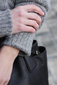 Kuschelig im Office: So machst du dein Kleid wintertauglich – XL-Knits – Pullover über dem Kleid tragen.