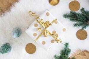 DIY Geschenkpapier selber machen – Geschenkpapier mit goldenen Punkten