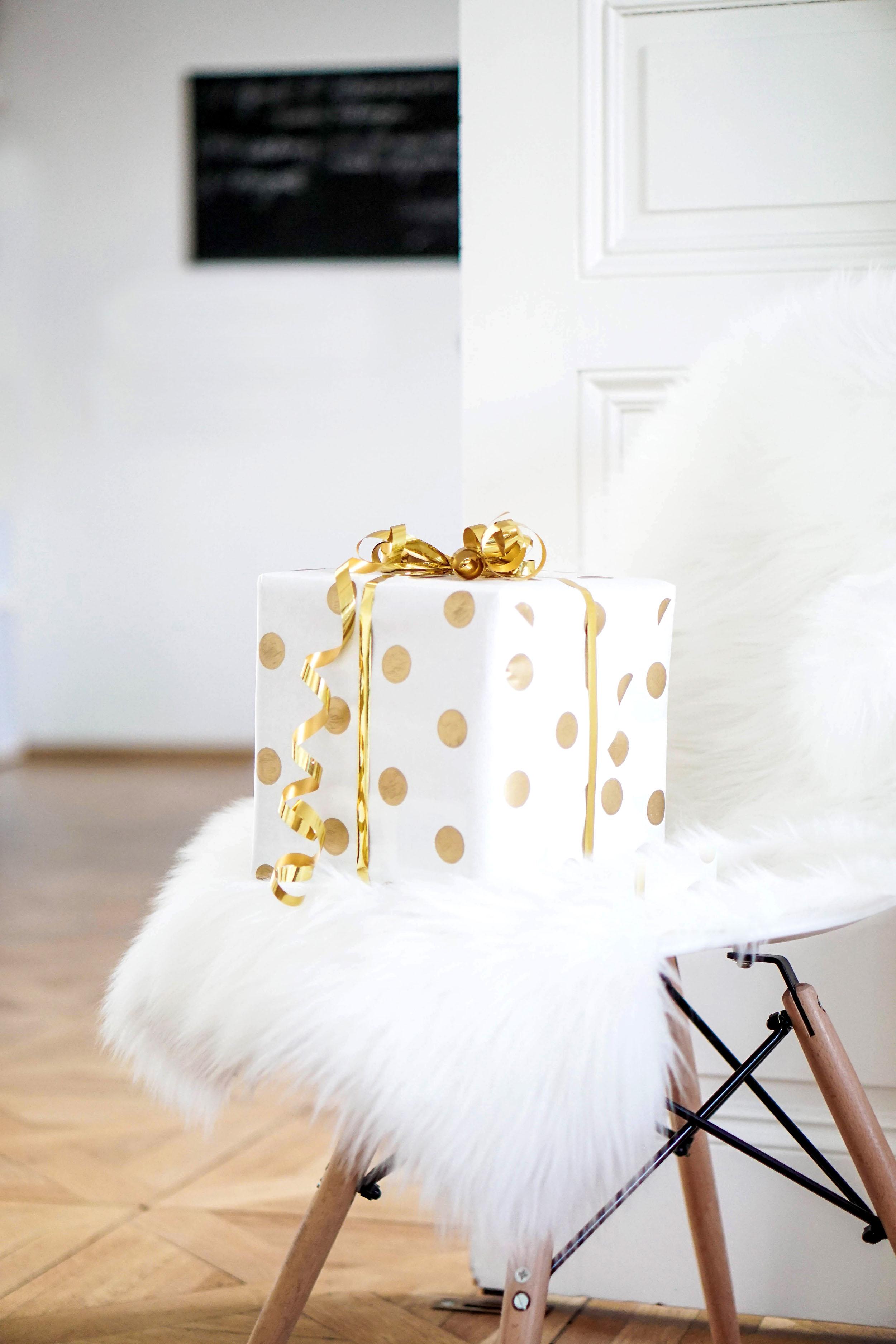 diy geschenkpapier selber machen my mirror world. Black Bedroom Furniture Sets. Home Design Ideas