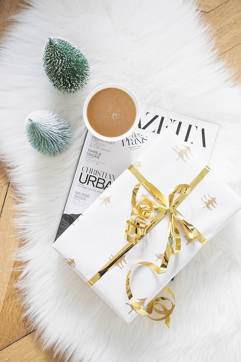 DIY Geschenkpapier selber machen – Geschenkpapier mit goldenen Weihnachtsbäumen