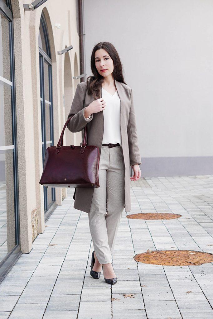 Klassisches Outfit in Winter Neutrals mit karrierter Hose und Maxwell Scott Tasche