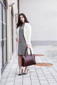 Dieses Büromode Outfit für Powerfrauen vereint gleich zwei Trends in einem: Den kuscheligen Teddy Mantel und das elegante Glencheck Kleid. Zwei Teile, mit denen man sofort gut angezogen ist. Mehr Tipps zu den Themen Frauen, Selbständigkeit, Karriere, Zeitmanagement, Büromode, Büroaltag, Produktivität, Work-Life-Balance, Motivation und Organisation findest du bei mir am Blog.