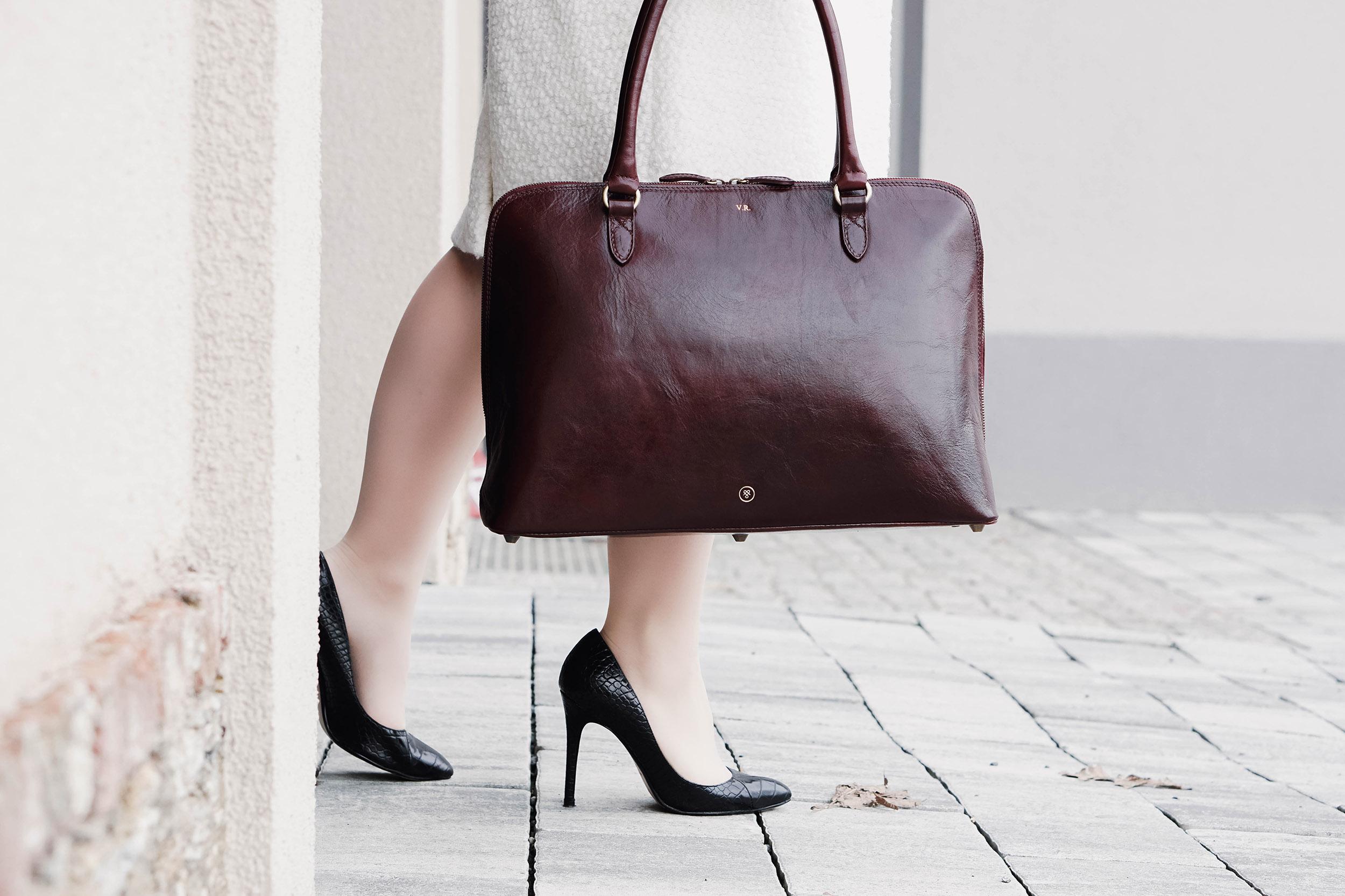 Dieses Büromode Outfit für Powerfrauen vereint gleich zwei Trends in einem: Den kuscheligen Teddy Mangel und das elegante Glencheck Kleid. Zwei Teile, mit denen man sofort gut angezogen ist. Mehr Tipps zu den Themen Frauen, Selbständigkeit, Karriere, Zeitmanagement, Büromode, Büroaltag, Produktivität, Work-Life-Balance, Motivation und Organisation findest du bei mir am Blog.