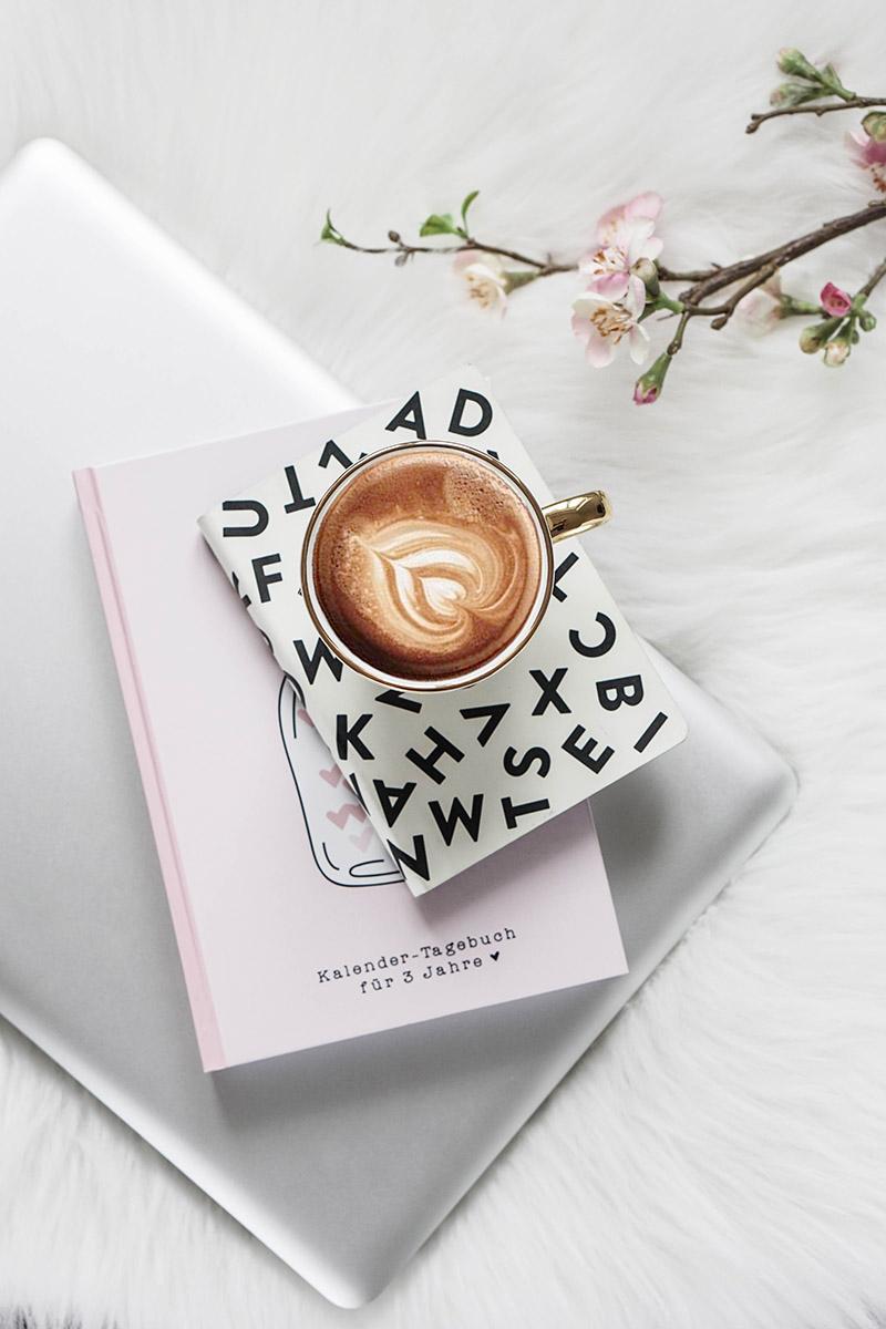 Obwohl ich immer dafür plädiere, dass wir Frauen unsere geschlechtsspezifischen Vorteile durchaus für uns nützen sollen – zum Beispiel, wenn es um Einfühlungsvermögen oder Empathie geht – gibt es durchaus Dinge, die wir Frauen von Männern lernen sollten, wenn es um unsere Karriere geht. Mehr Tipps zu den Themen Frauen, Selbständigkeit, Karriere, Zeitmanagement, Büromode, Büroaltag, Produktivität, Work-Life-Balance, Motivation und Organisation findest du bei mir am Blog.