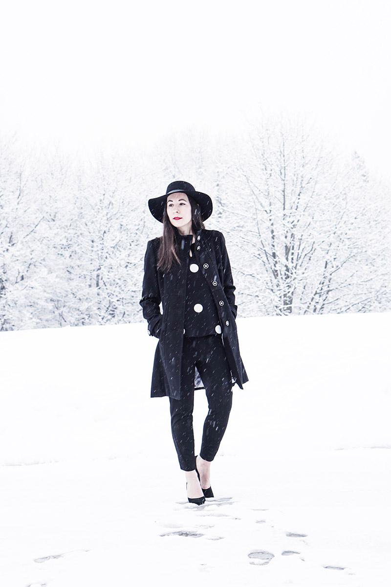 Winter Outfit mit Hut und Statement Ohrringen