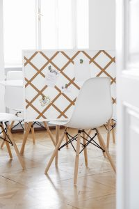 Mit dieser einfachen DIY Anleitung kannst du deine Pinnwand selber machen. Mit einer günstigen Kork Pinnwand und ein paar Utensilien ist das ein tolles und einfaches DIY.