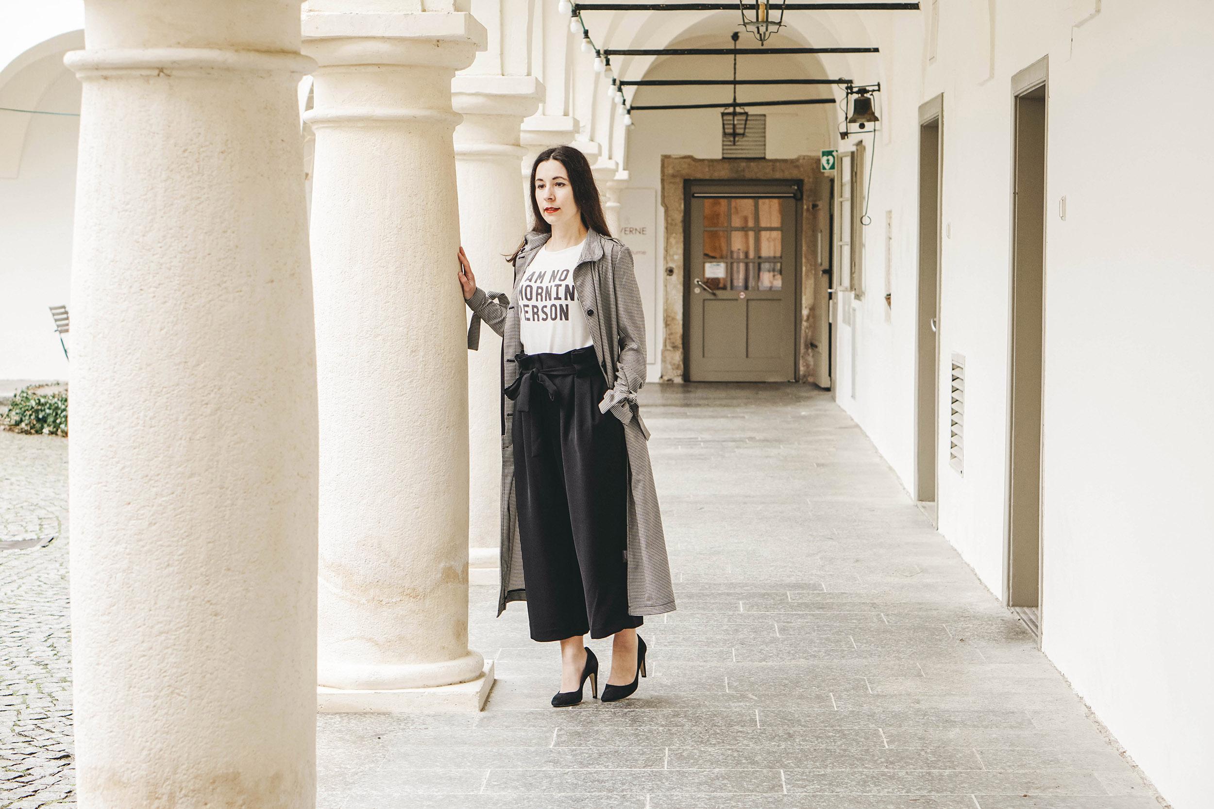 Klassische Frühjahrsmode – Karo Trenchcoat und Culottes