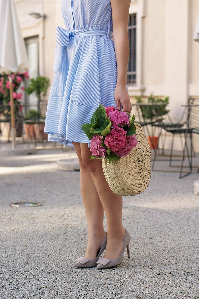gestreiftes leichtes Sommerkleid und Basket Bag