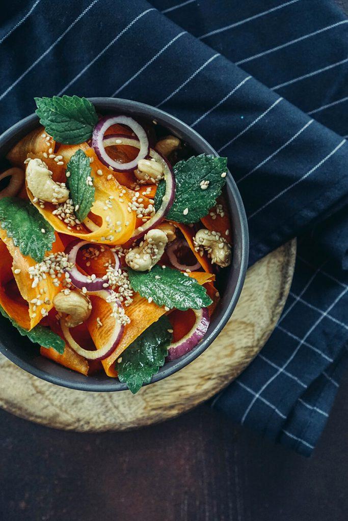 Knackiger Karottensalat mit knusprigem Sesam